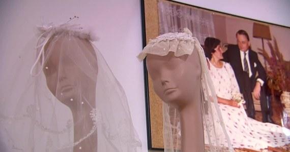 """Centrum Kultury Wilanów zaprasza do galerii Taras Sztuki na wystawę strojów ślubnych z lat minionych. Lata 1944-1989 to dla mody w Polsce okres trudny, ale przez to ciekawy. Aby nadążyć za modą zachodnią, zwłaszcza w tak ważnym dniu jak ślub, w trudnych realiach PRL-u panny młode musiały włożyć niemało wysiłku w to, by wyglądać wyjątkowo. """"Na wystawie można zobaczyć to, co Polki nosiły w czasach PRL-u, nie to co wymyślali kreatorzy. Chodziło nam też o to, żeby osoby zwiedzające wystawę mogły powiedzieć, że to miały na sobie"""" - mówi Zuzanna Żubka-Chmielewska, organizatorka wystawy, historyk mody."""