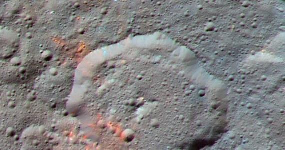 """Sonda Dawn odkryła na powierzchni planety karłowatej Ceres ślady substancji organicznych. Jak pisze w najnowszym numerze czasopismo """"Science"""" zawierające węgiel cząsteczki prawdopodobnie powstały na miejscu i nie zostały przeniesione na Ceres przez planetoidy lub komety. Aparatura sondy Dawn nie pozwala dokładnie określić, o jakie cząsteczki chodzi, autorzy publikacji wskazują, że mogą to być substancje smoliste typu kerytu lub asfaltytu. Ich obecność rzuca nowe światło na debatę o mozliwosci powstania zycia poza Ziemią."""