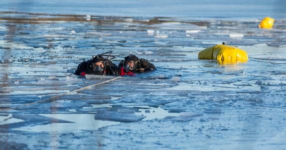 Mężczyzna jeżdżący quadem, pod którym na jeziorze załamał się lód, usłyszał zarzut narażenia pasażera pojazdu na niebezpieczeństwo utraty życia - poinformowała szczecińska prokuratura. W wypadku zginął drugi mężczyzna.