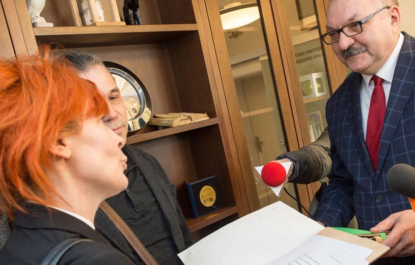 Niemal 10 tys. osób podpisało się pod petycją ws. odwołania Cezarego Morawskiego z funkcji dyrektora Teatru Polskiego we Wrocławiu. Petycję w poniedziałek wręczono marszałkowi województwa dolnośląskiego Cezaremu Przybylskiemu.