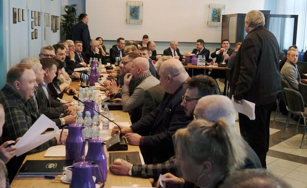 """Bez porozumienia zakończyły się dzisiejsze rozmowy ze związkowcami ws. warunków połączenia Katowickiego Holdingu Węglowego z Polską Grupą Górniczą. Jak poinformował minister energii Krzysztof Tchórzewski: """"W niektórych punktach jest zbliżenie, w niektórych nie ma tego zbliżenia"""". Według nieoficjalnych doniesień, sporne są m.in. kwestie płacowe. Po połączeniu KHW i PGG powstać ma największa w Unii Europejskiej firma górnicza, zatrudniająca ponad 43 tysiące ludzi."""