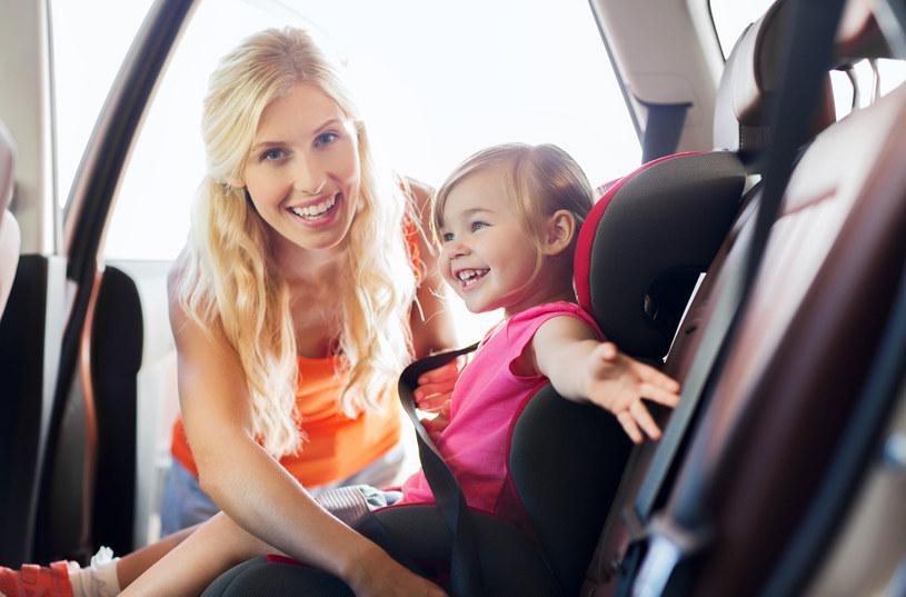 Wyprawa samochodowa z dzieckiem to prawdziwe wyzwanie i próba cierpliwości dla rodziców. Jak zapewnić dziecku bezpieczeństwo w czasie jazdy, a sobie spokojną, bezstresową podróż?