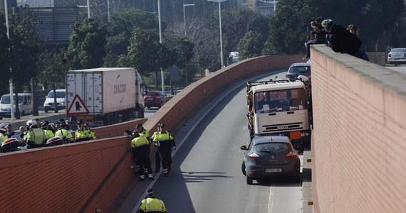 Hiszpańska policja zatrzymała w centrum Barcelony obywatela Szwecji, który ukradł samochód ciężarowy wypełniony butlami gazowymi i jechał nim pod prąd. W trakcie obławy funkcjonariusze oddali strzały. Szef MSW Hiszpanii Juan Ignacio Zoido zapewnił, że nie chodziło o próbę zamachu.