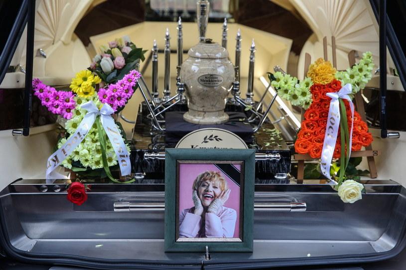 Krystyna Sienkiewicz aktorka estradowa, teatralna, filmowa i telewizyjna, artystka kabaretowa, spoczęła we wtorek na Cmentarzu Wojskowym na Powązkach w kolumbarium VII. Aktorka zmarła w nocy z 11 na 12 lutego - dwa dni przed swymi 82. urodzinami