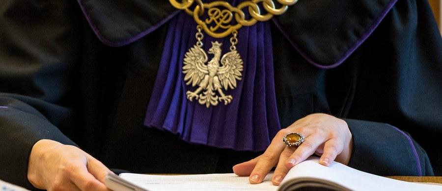 """Dziennikarze TVP Info dotarli do pisma przedstawicielstwa Komisji Europejskiej w Polsce do unijnej komisarz Corriny Cretu. W raporcie dowodzone jest, że """"w Polsce dochodzi do ustawicznego łamania prawa, zmiany w sądownictwie zmierzają do ograniczenia suwerenności sądów, a sędziowie są wręcz fizycznie atakowani""""."""