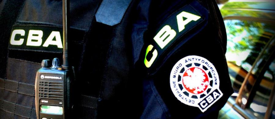 Agenci z krakowskiej delegatury Centralnego Biura Antykorupcyjnego zatrzymali trzy osoby, w tym byłą urzędniczkę z Krzeszowic (małopolskie) - poinformował PAP Temistokles Brodowski z Wydziału Komunikacji Społecznej CBA.