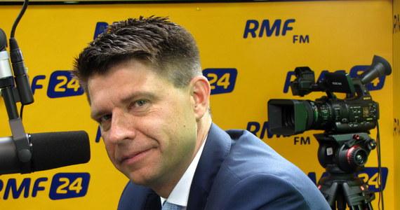 """""""Wniosek o wotum nieufności dla ministra Błaszczaka jest w Sejmie. Mamy 31 posłów. Ja nie zbieram podpisów na bieżąco, ale wiem, że pod wnioskiem podpisują się posłowie innych klubów. Mam apel do posłów PO, by zechcieli podpisać się pod tym wnioskiem"""" – powiedział Ryszard Petru w Popołudniowej rozmowie w RMF FM. """"Zaproponowaliśmy wspólne działanie opozycji, nie widzę żadnego powodu, dla którego nie mielibyśmy składać takiego wniosku; gdyby udało się go złożyć, było to  wielkie osiągnięcie, które pokazałoby siłę opozycji"""" – dodał przewodniczący Nowoczesnej. Petru poinformował także, że wspólne posiedzenie prezydiów klubów Nowoczesnej i PO odbędzie się """"w najbliższym czasie"""". """"Jak będzie oficjalny termin, to podam – teraz go dogadujemy"""" –  zaznaczył. Gość Marcina Zaborskiego zadeklarował także wolę współpracy z PO """"w kwestiach fundamentalnych"""", takich jak obrona TK i sądownictwa. Odnosząc się do wyborów samorządowych Petru stwierdził: """"W przypadku Warszawy nie widzę takiej możliwości ze względu na to, że mamy inną ocenę rządów pani Hanny Gronkiewicz-Waltz. Proponuję jednak Platformie bardzo, wydaje mi się, fair propozycję: startujemy do wyborów oddzielnie, ale jeżeli nasz kandydat przejdzie do drugiej tury, to oni go popierają, a jeżeli ich przejdzie do drugiej tury, to my go popieramy""""."""