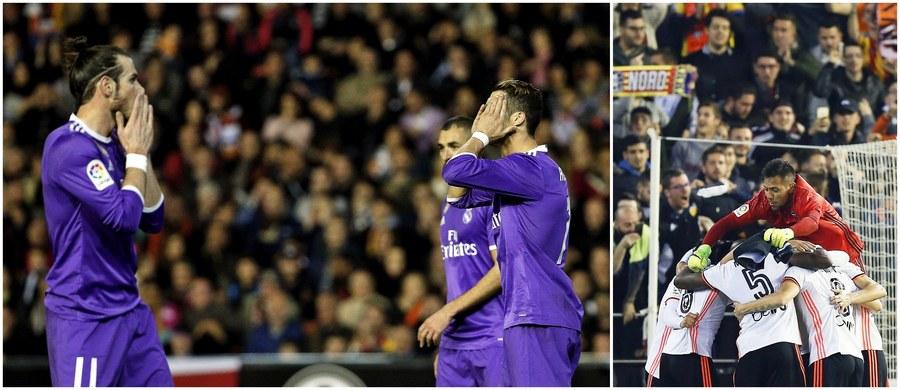 Piłkarze Realu Madryt przegrali na wyjeździe z Valencią 1:2 w zaległym meczu 16. kolejki hiszpańskiej La Liga. Była to dopiero druga ich ligowa porażka w tym sezonie. Mimo straty punktów stołeczna ekipa pozostała liderem tabeli: ma punkt przewagi nad Barceloną i jeszcze jedno zaległe spotkanie.