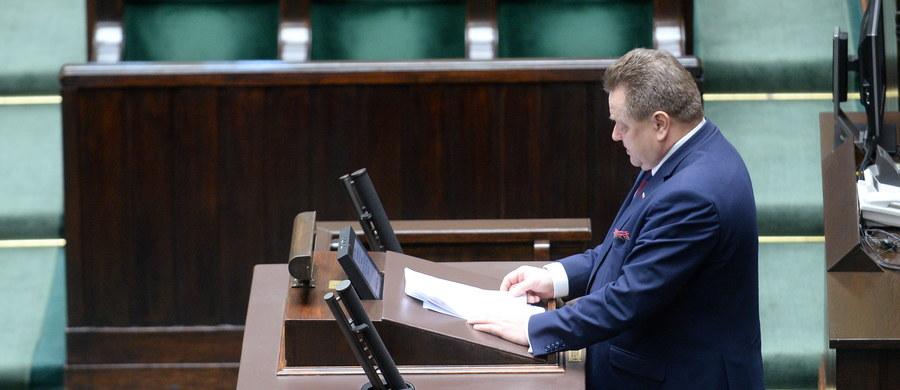 """Za rządów PO-PSL doszło do 60 kolizji z udziałem aut BOR. """"Te zdarzenia nie były przedmiotem zainteresowania mediów i polityków. Dziś zdarzenie z Oświęcimia jest przedmiotem nieuzasadnionego ataku na rząd""""  - mówi w Sejmie wiceszef MSWiA Jarosław Zieliński."""