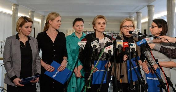 """Posłanki Nowoczesnej zachęcają do udziału w zaplanowanym na 8 marca proteście przeciwko """"absurdalnym pomysłom"""" polityków PiS, m.in. ograniczeniu dostępu do """"pigułki dzień po"""". Uważają, że minister zdrowia Konstanty Radziwiłł ws. pigułki kieruje się osobistymi poglądami. """"Każdego dnia kobiety dowiadują się o kolejnych wstrząsających pomysłach polityków PiS"""" - tłumaczyła Joanna Scheuring-Wielgus. Pytała, dlaczego kobiety w Polsce muszą liczyć na łaskę rządu PiS, na czele którego stoi kobieta. """"Dlaczego wciąż mówi się kobietom, co mają robić, a czego nie?"""" - podkreśliła posłanka."""