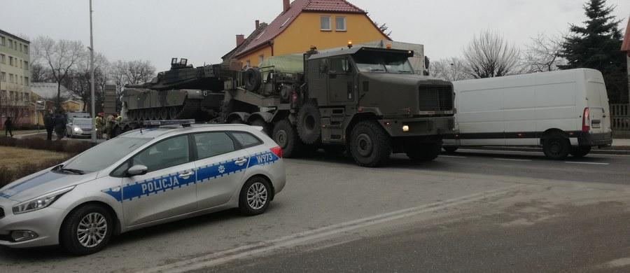 W Mirosławcu doszło do wypadku z udziałem lawety wiozącej amerykański czołg. Podczas wymijania naczepa zahaczyła o dwa tiry. Zdjęcia z miejsca zdarzenia dostaliśmy na Gorącą Linię RMF FM.