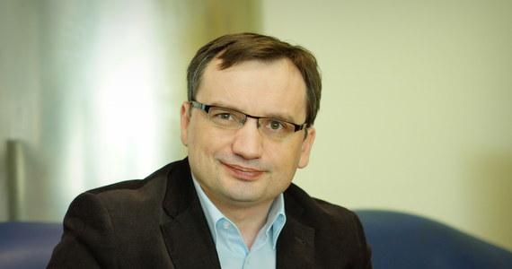 """W Ministerstwie Sprawiedliwości powstaje zapis, który pozwoli karać za sformułowania typu """"polskie obozy śmierci""""? """"To prawda. Patryk Jaki pracuje nad projektem. Ja już go zaakceptowałem. Przedstawiłem go wstępnie premier Szydło, która też się pozytywnie odniosła"""" - mówi Gość Krzysztofa Ziemca w RMF FM, minister sprawiedliwości Zbigniew Ziobro. """"Będzie to projekt, który odpowiada oczekiwaniom Polaków, którzy są pomawiani na świecie, w Europie, nawet w Niemczech, że są sprawcami Holokaustu, że w Polsce były polskie obozy koncentracyjne, polskie komory gazowe"""" - wyjaśnia minister. """"Dość z tym kłamstwem! Musi być odpowiedzialność"""" - komentuje Ziobro. Dodaje, że na początku przyszłego tygodnia wiceminister sprawiedliwości przedstawi ten projekt."""