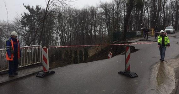 Pogodowy terror na Pomorzu. W Gdyni na Kamiennej Górze w czwartek osunęła się skarpa, przysypując jeden z domów wielorodzinnych. Strażacy ewakuowali 14 mieszkańców domu wielorodzinnego. Nikomu nic się nie stało.