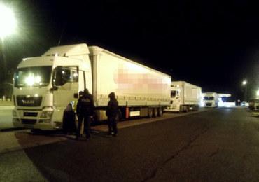 Przewozili nielegalnych imigrantów w ciężarówkach. Usłyszeli zarzuty