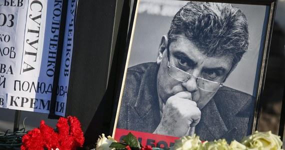 """Tłumy na pokazie filmu o Borysie Niemcowie, opozycyjnym polityku, który został zastrzelony w 2015 roku tuż przy murach Kremla. Podczas premiery dokumentu """"Zbyt wolny człowiek"""" w Niżnym Nowogrodzie na sali zajęte zostały wszystkie 520 miejsc i ludzie siedzieli nawet na podłodze. W sumie w kinie """"Elektron"""" pomieściło się ponad 1000 widzów."""