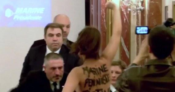 """Półnaga aktywistka Femen zakłóciła konferencję prasową Marine Le Pen w Paryżu. Na plecach miała wymalowany napis: """"Marine to fałszywa feministka"""". Podczas swojego wystąpienia prawicowa kandydatka na prezydenta Francji mówiła m.in. o Donaldzie Trumpie."""