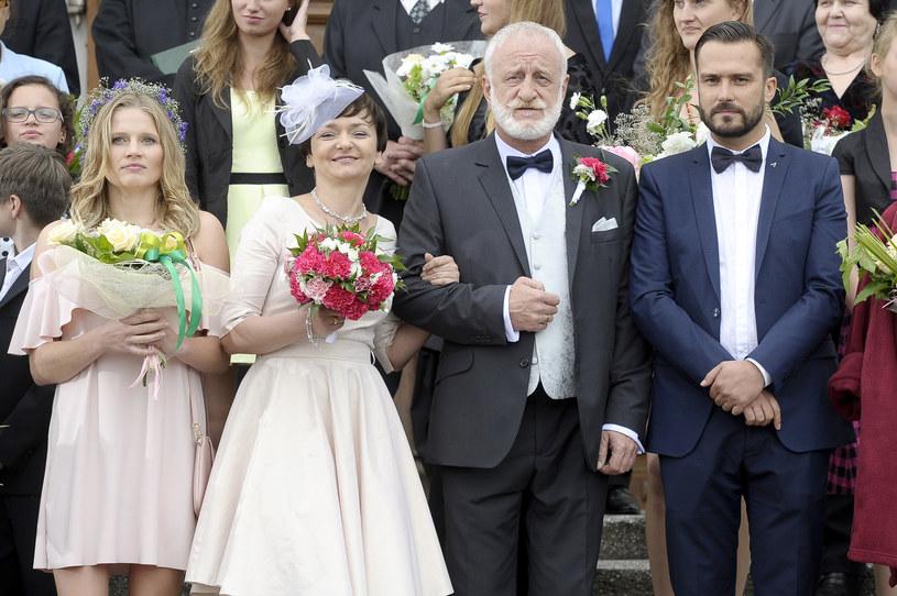 """- Kochamy się, ale nie wyrażamy tego zbyt spektakularnie – mówi o swoim serialowym małżeństwie Izabela Dąbrowska. – Ja to zmienię! – zapowiada aktorka """"Blondynki, której ostatni odcinek 5. sezonu wyemitowany zostanie w niedzielę, 26 lutego."""