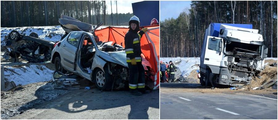 """Tragiczny wypadek na krajowej """"ósemce"""" w mazowieckich Dybkach. W zderzeniu ciężarówki z dwoma samochodami osobowymi zginęły trzy osoby, a cztery zostały poważnie ranne. Jak dowiedział się reporter RMF FM Grzegorz Kwolek, tuż przed zderzeniem w tirze pękła opona."""