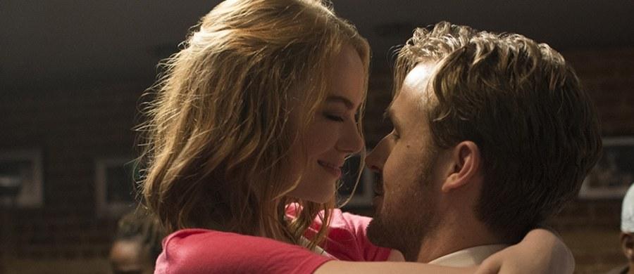 """Ofertę zagrania głównej roli w tym filmie odrzuciła Emma Watson. Na nakręcenie najsłynniejszej sceny tańca z widokiem na panoramę Los Angeles poświecono dwa dni zdjęciowe, a Ryan Gosling naprawdę niemal do perfekcji opanował grę na pianinie... """"La La Land"""" w reżyserii Damiena Chazelle'a zdobył sześć Oscarów. Czego jeszcze o nim nie wiecie?"""