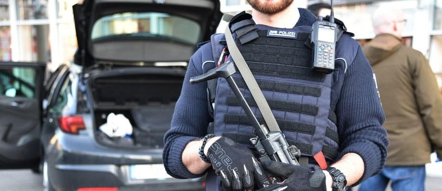W niemieckim Heidelbergu policja postrzeliła 35-letniego mężczyznę, który najpierw wjechał samochodem w grupę ludzi, a potem zaczął uciekać z nożem w ręku. Jedna z trzech rannych osób zmarła w szpitalu.