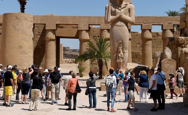 """""""Utrzymanie przez Wielką Brytanię zakazu lotów do egipskich ośrodków wypoczynkowych, mimo znaczącej poprawy warunków bezpieczeństwa na tamtejszych lotniskach, jest całkowicie niezrozumiałe i niesłuszne"""" – głosi wydane w sobotę oświadczenie egipskiej dyplomacji. """"Stoi to w sprzeczności z wielokrotnie składanymi brytyjskimi obietnicami wspierania Egiptu"""" - zaznaczono w komunikacie. Oświadczenie zostało opublikowane bezpośrednio po rozmowach z udziałem ministra spraw zagranicznych Wielkiej Brytanii Borisa Johnsona, który w sobotę złożył wizytę w Kairze oraz prezydenta Egiptu Abda el-Fataha es-Sisiego i szefa egipskiej dyplomacji Sameha Hasana Szukriego."""