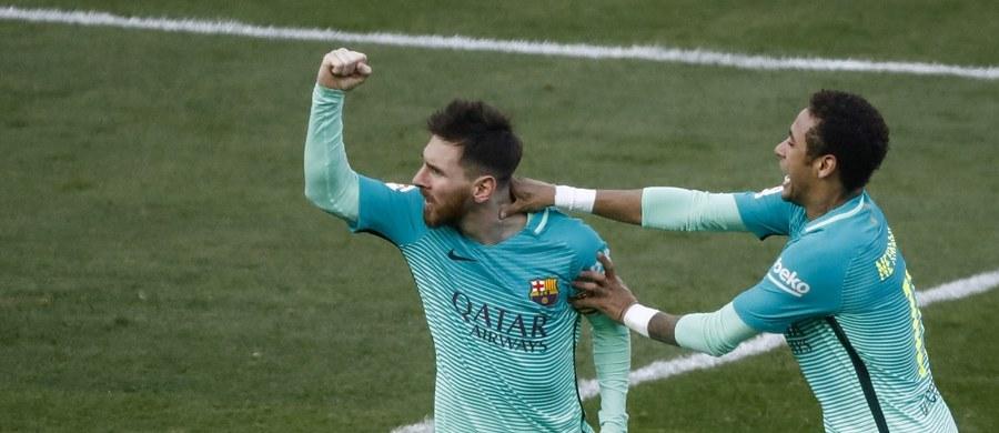"""Barcelona wygrała z Atletico Madryt 2:1 w hicie 24. kolejki hiszpańskiej ekstraklasy piłkarskiej. Bohaterem spotkania był Lionel Messi, który w 86. minucie zdobył decydującą bramkę. """"Duma Katalonii"""" przynajmniej na parę godzin została liderem tabeli."""