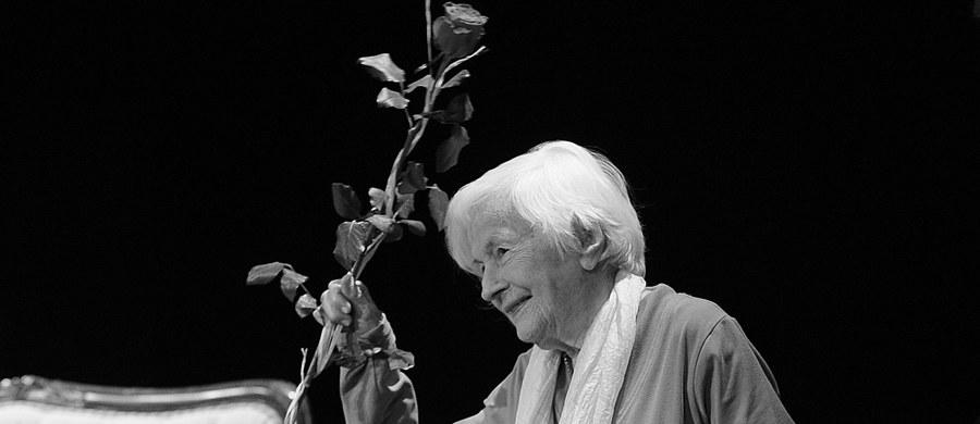 Przygotowana przez władze miasta księga kondolencyjna poświęcona pamięci Danuty Szaflarskiej wyłożona zostanie w poniedziałek w Urzędzie Stanu Cywilnego w Warszawie. Pogrzeb wybitnej aktorki odbędzie się we wtorek.