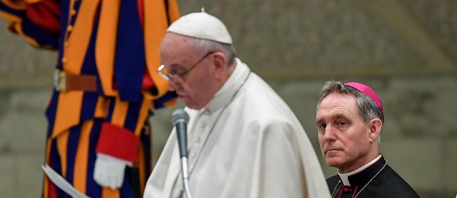 """W szpitalu jest policjant ranny we wczorajszym wypadku w centrum Rzymu. Funkcjonariusz jechał na motorze w eskorcie papieża Franciszka - podał dziennik """"Il Messaggero"""". Zderzył się z prywatnym samochodem."""