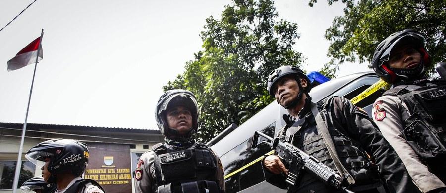 Mężczyzna powiązany z Państwem Islamskim zdetonował niewielką bombę domowej roboty w Bandungu, na zachodzie indonezyjskiej wyspy Jawa. Po eksplozji uciekł do pobliskiego budynku i go podpalił. Został postrzelony przez policję i zmarł od odniesionych ran.