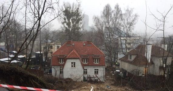 Będą ponowne oględziny osuwiska na Kamiennej Górze w Gdyni. Zleci je prokuratura - dowiedział się reporter RMF FM Kuba Kaługa. W czwartkowy wieczór obsunęła się tam skarpa. Przysypała parter budynku wielorodzinnego. Trzeba było ewakuować 14 osób.