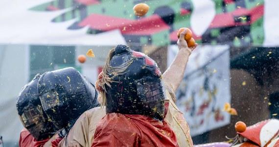 138 osób odniosło obrażenia podczas bitwy na pomarańcze, organizowanej co roku na zakończenie karnawału w mieście Ivrea na północy Włoch. Bilans podały władze miasta, do którego na pojedynek na cytrusy przybywają dziesiątki tysięcy turystów.