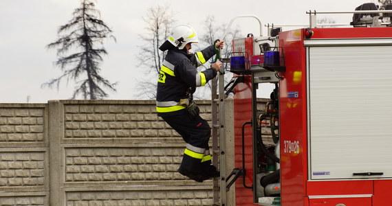 Ponad 30 strażaków walczy z pożarem w Zawierciu w Śląskiem. W nieużywanej hali zapaliły się sprasowane śmieci.