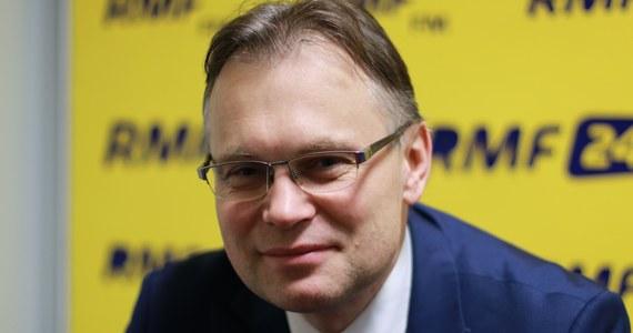 """""""Bardzo cenię pana Saryusz-Wolskiego (…). Jest naprawdę politykiem wagi ciężkiej w sprawach zagranicznych"""" - mówił poseł PiS Arkadiusz Mularczyk, pytany w Popołudniowej rozmowie w RMF FM o możliwą kandydaturę Jacka Saryusz-Wolskiego na przewodniczącego Rady Europejskiej. """"Nie mam szczegółowej wiedzy na temat tego, czy rząd go popiera, czy nie"""" - zaznaczył. Pytany zaś przez Marcina Zaborskiego, czy wybranie na szefa Rady Europejskiej socjalisty - a wystawienia swojego kandydata nie wykluczyła dzisiaj frakcja Socjaliści i Demokraci - będzie lepszym rozwiązaniem niż reelekcja Donalda Tuska, Mularczyk odparł: """"Czas pokaże, co jest lepsze, co gorsze. Te ostatnie 2,5 roku Donalda Tuska w fotelu szefa RE nie przyniosło jakichś istotnych korzyści dla Polski czy też dla polskiej polityki zagranicznej"""". Poseł stwierdził jednocześnie, że """"po Donaldzie Tusku każda osoba być może będzie lepsza"""". Marcin Zaborski pytał Arkadiusza Mularczyka również o to, czy jest zadowolony z tempa pracy Trybunału Konstytucyjnego pod kierownictwem Julii Przyłębskiej. """"Ta sytuacja w Trybunale jest konsekwencją tego, co działo się przez ostatni rok. Trybunał przez rok pod dowództwem pana Andrzeja Rzeplińskiego zajmował się samym sobą"""" - odparł poseł PiS. Jak dodał: TK zwiększy tempo pracy, """"gdy ustabilizuje się sytuacja personalna w Trybunale (…). Te sprawy trzeba uporządkować""""."""