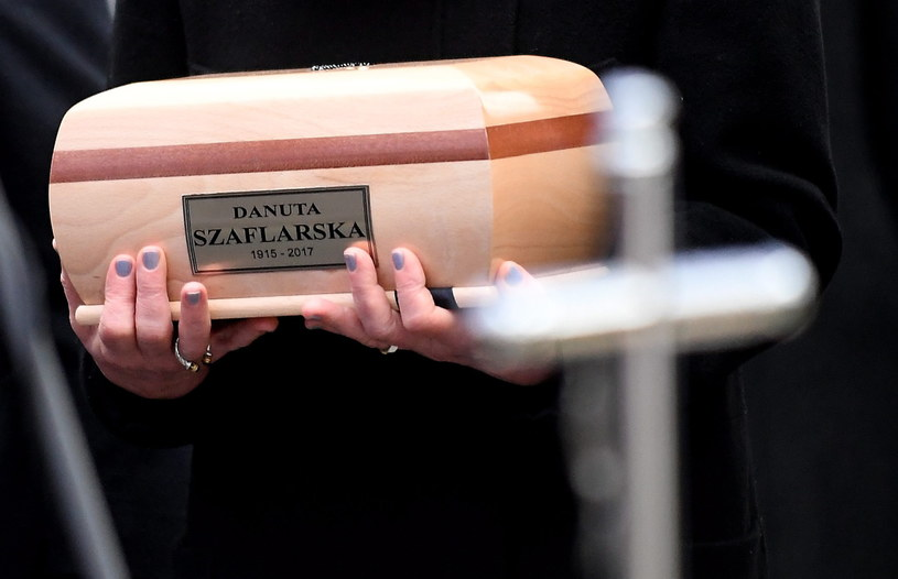 """Danuta Szaflarska - jedna z pierwszych powojennych gwiazd filmowych, nazywana też """"pierwszą amantką powojennej kinematografii"""", spoczęła we wtorek w Alei Zasłużonych na warszawskich Powązkach Wojskowych. Aktorka zmarła 19 lutego w wieku 102 lat."""