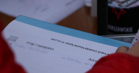 """Kolejna nauczycielka, która 3 października 2016 roku podczas """"czarnego protestu"""" wraz z koleżankami przyszła do pracy ubrana na czarno, została uniewinniona przed komisją dyscyplinarną w Kuratorium Oświaty w Katowicach. Zarzucano jej publiczne manifestowanie swych poglądów w miejscu i godzinach pracy. Rzecznik dyscyplinarny domagał się kary nagany z ostrzeżeniem, obrona - uniewinnienia."""
