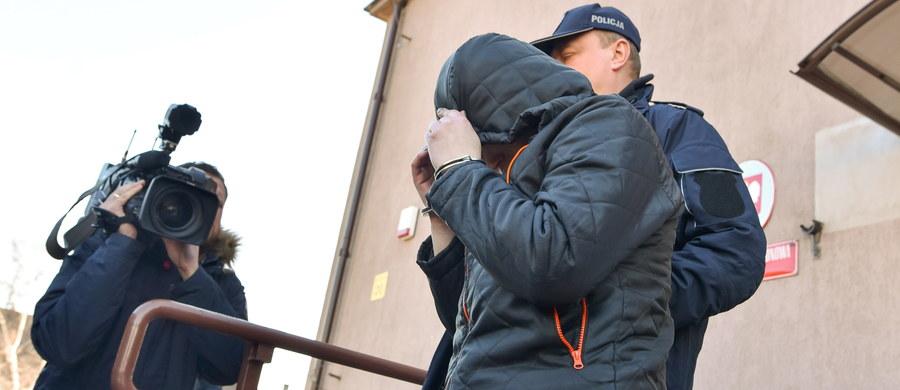 Trzecia osoba jest podejrzana o zabójstwo noworodka, którego ciało - umieszczone w wiadrze i zakopane - policjanci odkryli w sobotę w Zgierzu. Dwa dni później miejscowa prokuratura postawiła zarzut zabójstwa 30-letniej matce dziecka i 61-letniemu mężczyźnie, u którego kobieta mieszkała. We wtorek zaś identyczny zarzut usłyszała 26-letnia koleżanka matki noworodka. Grozi im dożywocie. Jak podał rzecznik Prokuratury Okręgowej w Łodzi Krzysztof Kopania, może być trudno ustalić, czy dziecko żyło w chwili zakopywania, czy już nie.