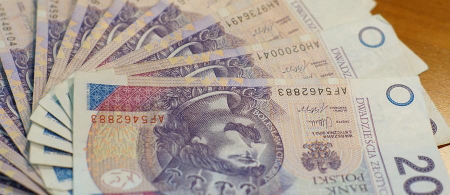 Według danych opublikowanych przez Ministerstwo Finansów, dług Skarbu Państwa na koniec 2016 r. wyniósł 928,66 mld zł. Oznacza to, że każdy z nas ma do spłacenia 25 tysięcy złotych - informuje dziennikarz RMF FM Michał Zieliński.