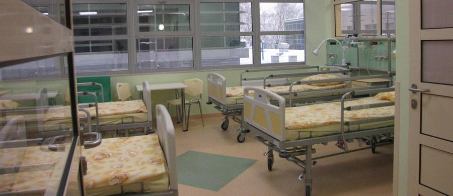 Pięciomiesięczne dziecko trafiło po rodzinnej kłótni do szpitala w Legnicy na Dolnym Śląsku. Niemowlak wraz z mamą upadł na ziemię.