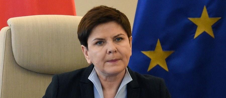 """Premier Beata Szydło poinformowała, że jej zaplanowana na dziś rozmowa telefoniczna z kanclerz Niemiec Angelą Merkel będzie dotyczyć posiedzeń Rady Europejskiej w Brukseli i Rzymie. """"Umówiłyśmy się, że będziemy się przed tymi posiedzeniami Rady konsultować"""" - dodała."""