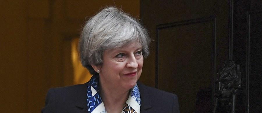 """Brytyjska premier Theresa May rezygnuje na czas Wielkiego Postu ze swojej ulubionej przekąski - czipsów. Dziennikarzy poinformował o tym rzecznik premier. Wyrzeczenie się czipsów jest dla mediów okazją do żartów. Niektórzy złośliwi nazywają to """"ponadludzką ofiarą""""."""