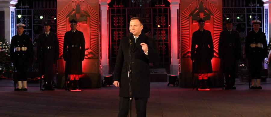 """Niepodległość dla każdego narodu jest najcenniejsza, Żołnierze Wyklęci rozumieli to doskonale - powiedział w środę prezydent Andrzej Duda przed Grobem Nieznanego Żołnierza podczas obchodów Narodowego Dnia Pamięci """"Żołnierzy Wyklętych""""."""