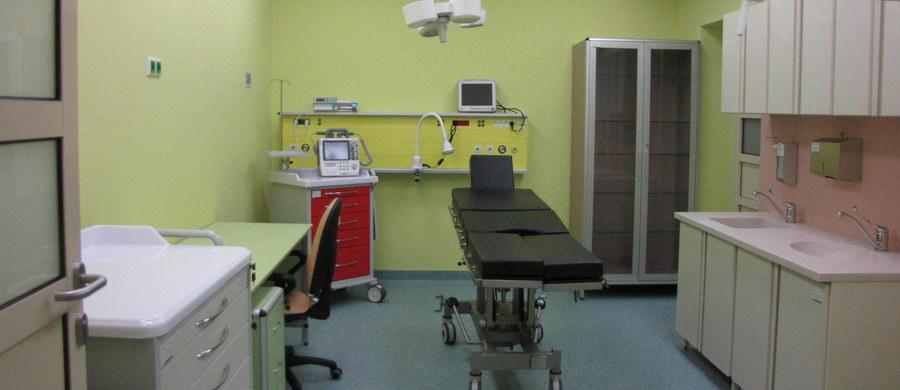 Atak na pielęgniarki na oddziale dziecięcym Szpitala Psychiatrycznego w Bolesławcu na Dolnym Śląsku - dowiedział się reporter RMF FM. 16-latek przeciął szyję jednej z kobiet, drugą kilkukrotnie uderzył w okolice oka. Potem uciekł.