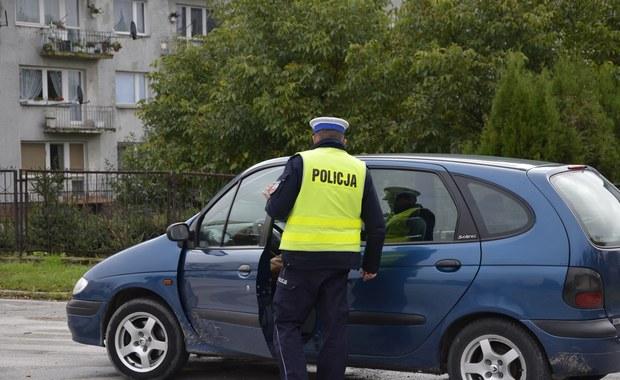 Mandat w wysokości tysiąca złotych dostała 28-latka z Dobrzan w Zachodniopomorskiem. Kobieta nie miała prawa jazdy, przewoziła samochodem dwoje dzieci, a jej podróż zakończyła się dachowaniem na zakręcie. Okazało się też, że 28-latka jest w ciąży. Policjanci o tym przypadku mówią: skrajna nieodpowiedzialność.