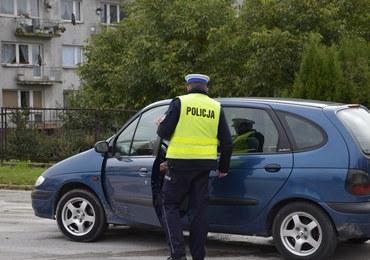 Kobieta w ciąży wiozła dzieci i pijanego męża. Nie miała prawa jazdy