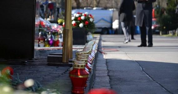 Znieważenie zwłok i miejsca spoczynku zmarłego zarzuciła prokuratura właścicielowi firmy pogrzebowej, który wydobył z grobu ciało pochowanej osoby. Mężczyzna zrobił to po tym, gdy dowiedział się, że w prosektorium w Skarżysku-Kamiennej (Świętokrzyskie) pomylono zwłoki.