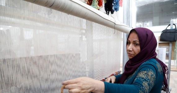 Kobiety na całym świecie stoją w obliczu nowych zagrożeń, które nie tylko mogą cofnąć starania o równouprawnienie, ale też przeszkodzić w walce o wyeliminowanie biedy - alarmuje Oxfam w raporcie opublikowanym przed Międzynarodowym Dniem Kobiet. Oxfam, międzynarodowa organizacja humanitarna zajmująca się m.in. pomocą w krajach rozwijających się, ostrzega, że sytuacja kobiet jest zagrożona m.in. przez zapowiedź pozbawienia finansowania przez państwo organizacji planowania rodziny w USA czy fakt, że w ciągu ostatnich pięciu lat bezpośrednie wpłaty darczyńców na rzecz organizacji broniących praw kobiet spadły o ponad połowę.