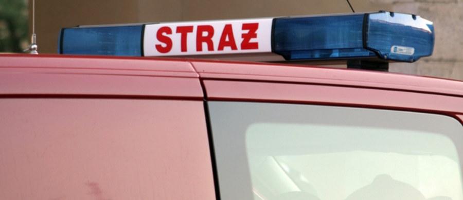 Blisko 300 uczniów ewakuowano ze szkoły we Wleniu na Dolnym Śląsku. Silny wiatr zerwał część blaszanego dachu z hali gimnastycznej.