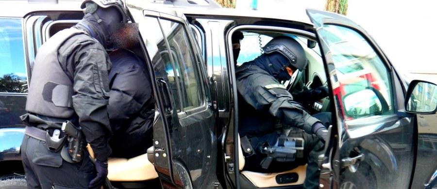 Wyłudzenie znacznej kwoty - to zarzut dla pięciu osób zatrzymanych przez CBA w związku z podejrzeniem nieprawidłowości przy zleceniu ochrony dworców kolejowych podczas krakowskich Światowych Dni Młodzieży. Jak dowiedział się reporter RMF FM Krzysztof Zasada, podczas przesłuchania podejrzani nie przyznali się do winy.