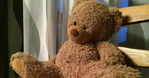 Niespełna 2,5-letnia dziewczynka trafiła w nocy do Uniwersyteckiego Szpitala Dziecięcego w Lublinie z siniakami i otarciami na ciele. Badanie tomografem wykazało krwiaki wewnątrzczaszkowe. Policjanci zatrzymali matkę dziewczynki.