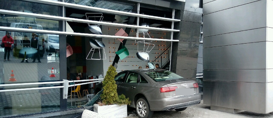 W rejonie Politechniki Warszawskiej w Alei Armii Ludowej w Warszawie samochód wjechał w budynek, w którym znajduje się sklep meblowy. Na szczęście nikomu nic się nie stało.